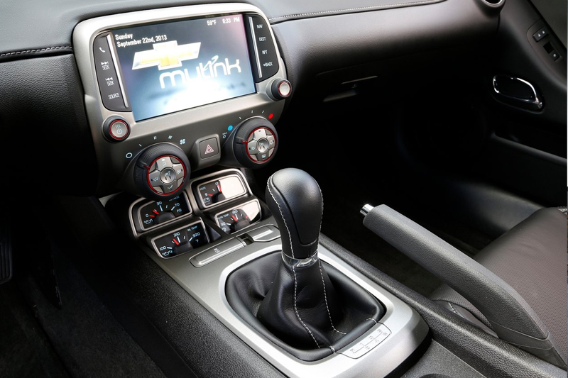 Обновленный Chevy Camaro получил цветной Head-up дисплей с проекцией на лобовое стекло, а также новую мультимедийную систему Chevrolet MyLink с семидюймовым сенсорным экраном высокого разрешения